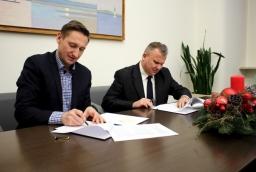 Jacek Laskowski z firmy Koschem podpisuje umowę z marszałkiem.  /fot.: Mat. UM /
