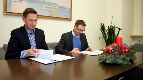 Prezes Damian Kuca i marszałek Olgierd Geblewicz podpisują umowę /fot.: Mat. UM /